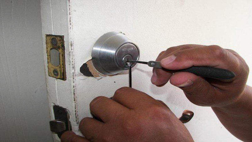 How to remove the broken key from the door lock ...